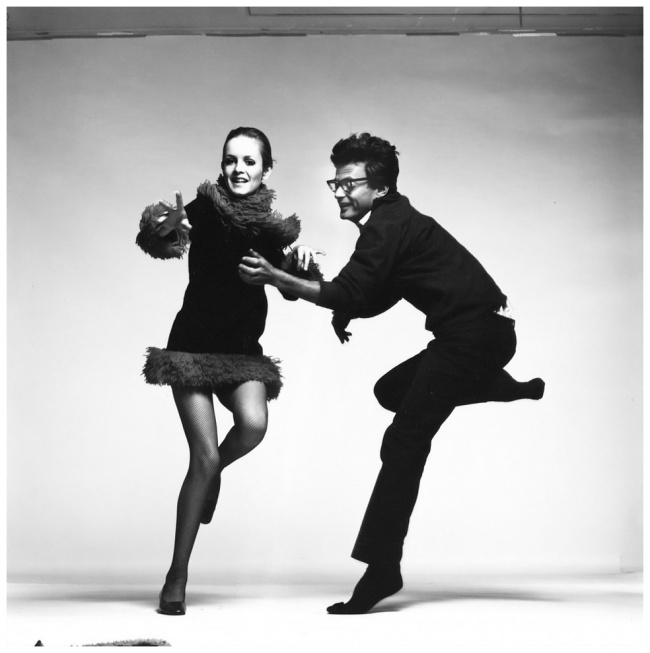 richard-avedon-with-twiggy-paris-1967-b
