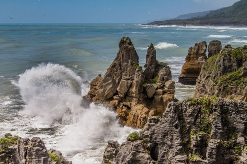 Birds-and-crashing-waves-of-Tasman-Sea-at-Pancake-Rocks-New-Zealand