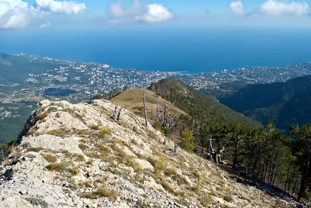 Looking-toward-Yalta-from-the-ridge-Kizil-Kaya-the-Yalta-mountain-nature-reserve