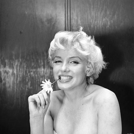 MARILYN-MONROE-AMBASSADOR-HOTEL-NEW-YORK-22-FEBRUARY-1956-1-c27698