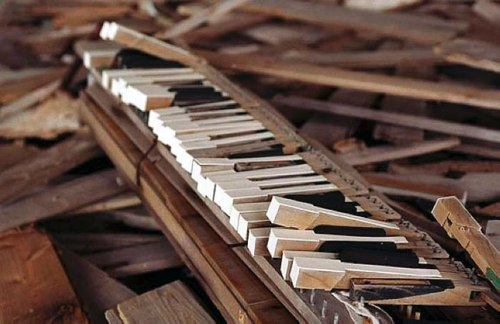 Piano-wreckage-at-Hashima