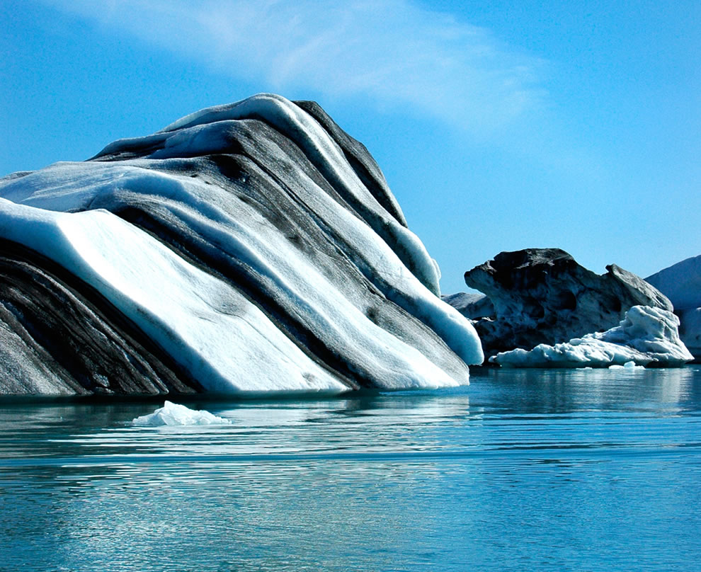 Black-striped-iceberg-in-Jökulsárlón