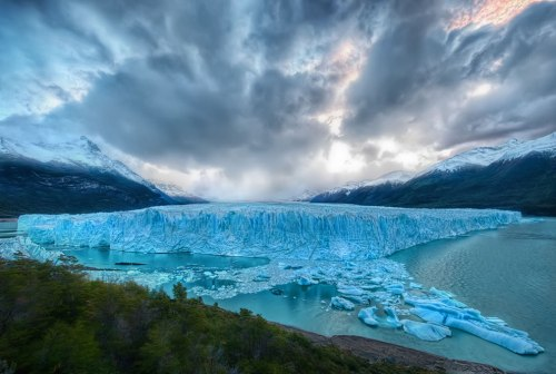 Perito-Moreno-glacier-as-seen-from-the-edge-of-Lago-Argentino