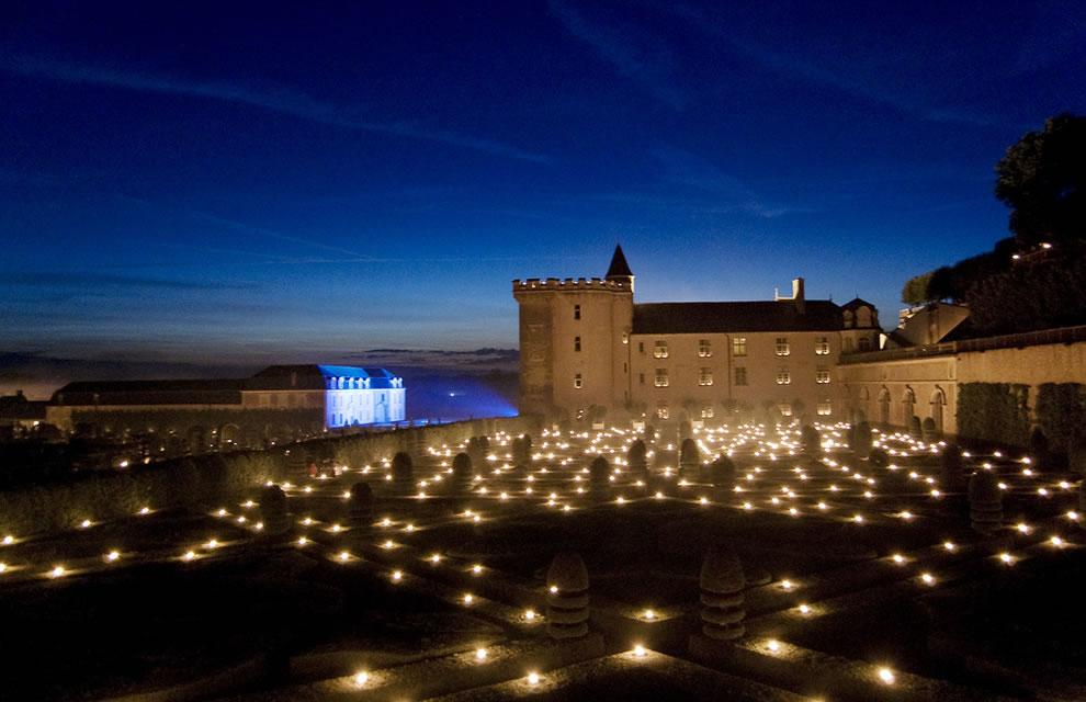 Les-Nuits-des-Mille-Feux-2000-candles-light-up-the-Château-and-gardens1