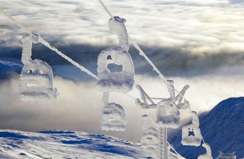 A-snowy-ski-lift-on-top-of-Åreskutan-Sweden