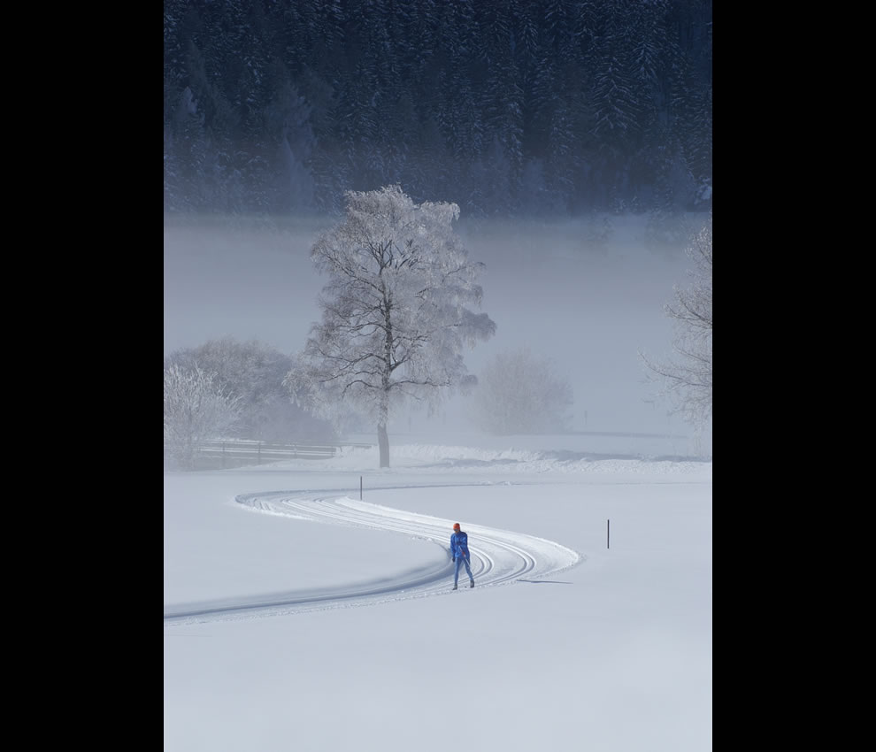 Lone-skier-in-the-Alps