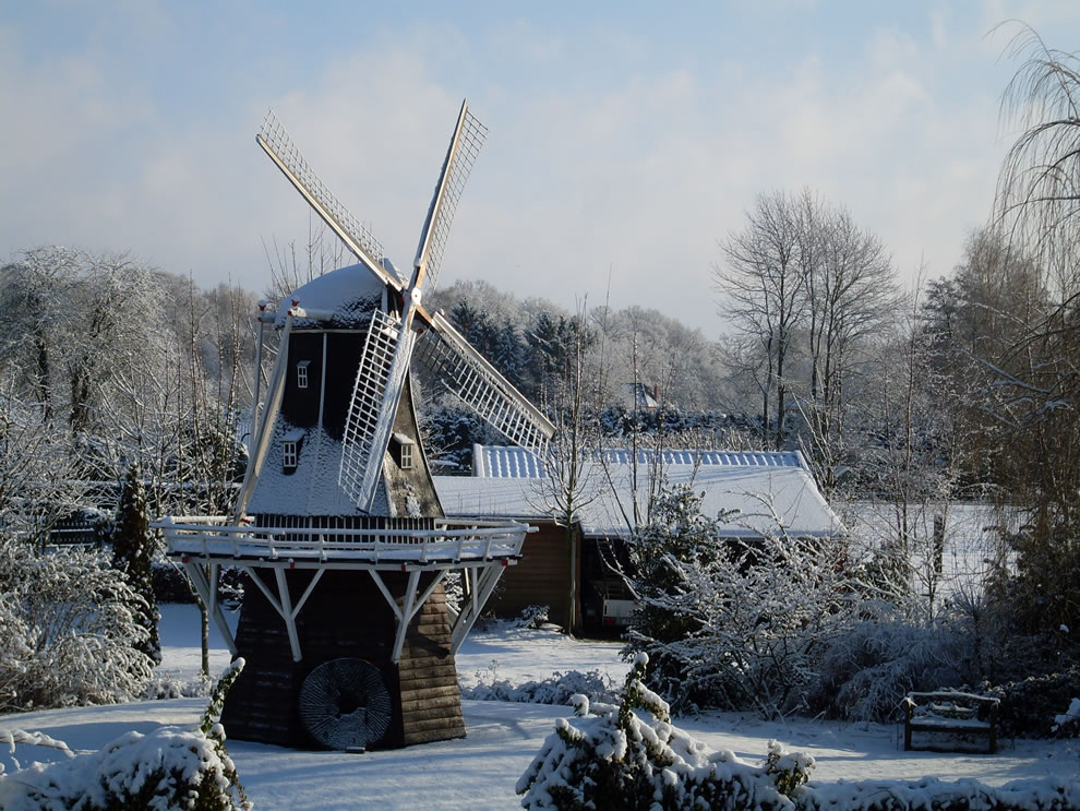 Winter-scene-of-Windmill-De-Lelie-The-Lily-in-Aalten-in-the-eastern-Netherlands