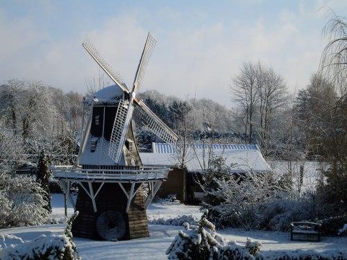 Winter-scene-of-Windmill-De-Lelie-The-Lily-in-Aalten-in-the-eastern-Netherlands