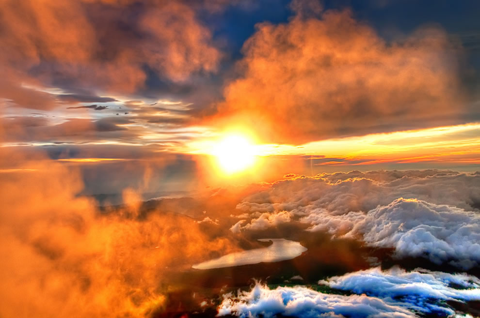 majestic-sunrise-from-the-summit-of-mount-fuji
