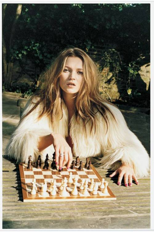 kate-moss-chess-juergen-teller-archive-may-2003-issue-vogue-juergen-teller_b